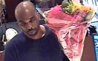 Robber holds up bank with bunch of flowers (Банковское ограбление с букетом цветов)