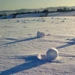 Rare self-rolling giant snow balls found in UK (В Британии обнаружены редкие само-скатывающиеся огромные снежные комы)